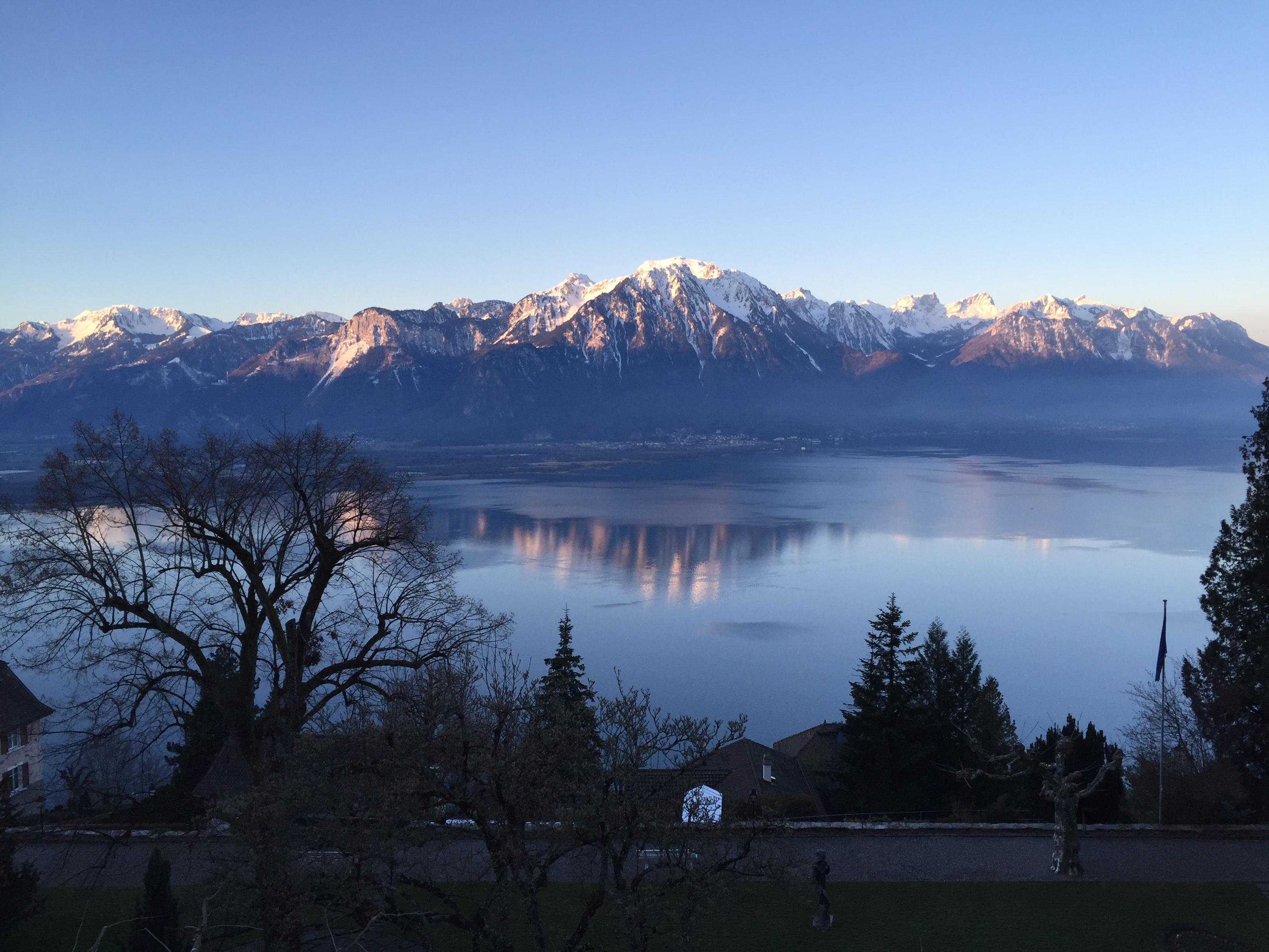 Utsikt över bergen på andra sidan Genèvesjön från Montreux tidig morgon.